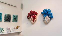 Bollenmasken an der Wand