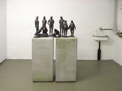 Kleine Tierfiguren auf Sockel in der Mitart Galerie Basel
