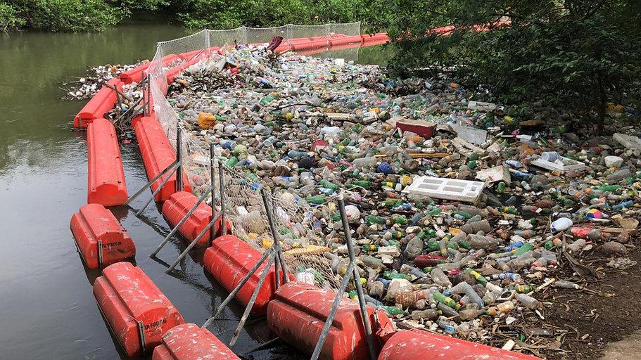 Imagen de la barrera flotante protectora y muestra los desperdicios atrapados que bajan por el rio