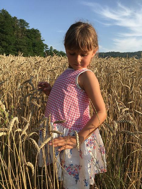 jupe dans les champs de blé