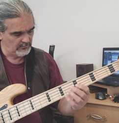 Kovács Gábor muzsikus basszusgitár1.jpg