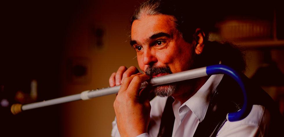 Kovács Gábor muzsikus mankóból készült fuvolán játszik