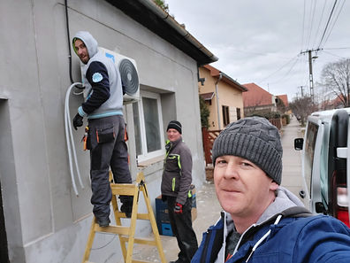 Klímaberendezés kültéri egységének installációja. A létrán Fekete Balázs, segítője Nagy Rolf, Selfi mesterünk és vezetőnk: Fejős Gábor