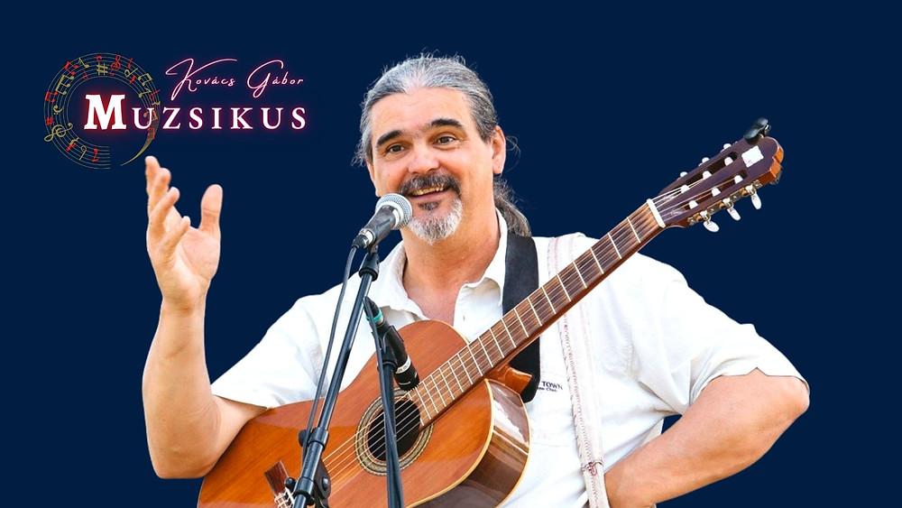 Kovács Gábor Muzsikus girárral a mikrofon előtt üdvözli a közönségét