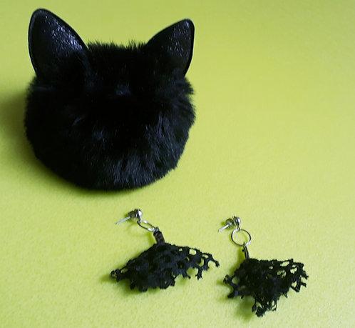 Brinco com retalhos de tecido malha furada preta