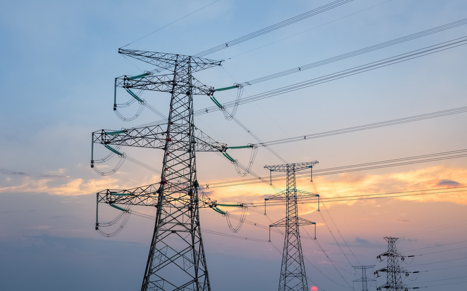 transmission-line-tower-in-sunset-GGWDY2