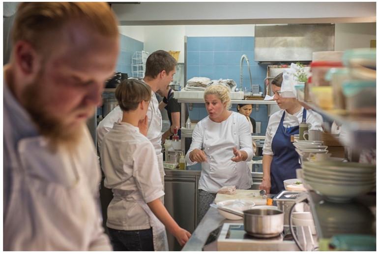Die Slowenin Ana Roš ist vom Restaurant Magazine zur besten Köchin 2017 gewählt worden.