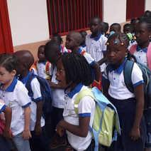 교실로 들어가는 어린이들.jpg