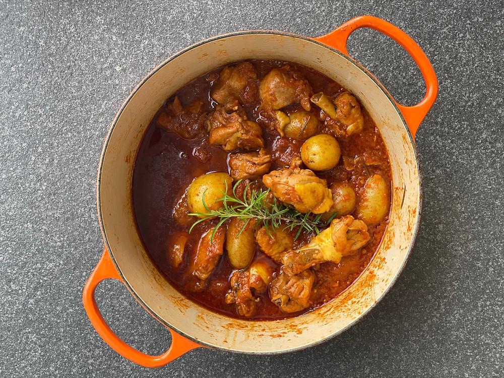 receta de pollo alla cacciatora, en salsa de tomate y verduras