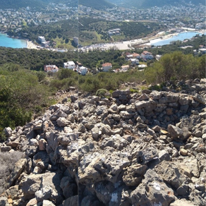 Η Ακρόπολη και καστροπολιτεία της Κορώνης στο Πόρτο Ράφτη.