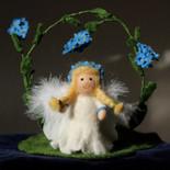 Engel im Vergissmeinnicht-Kranz (stehend)