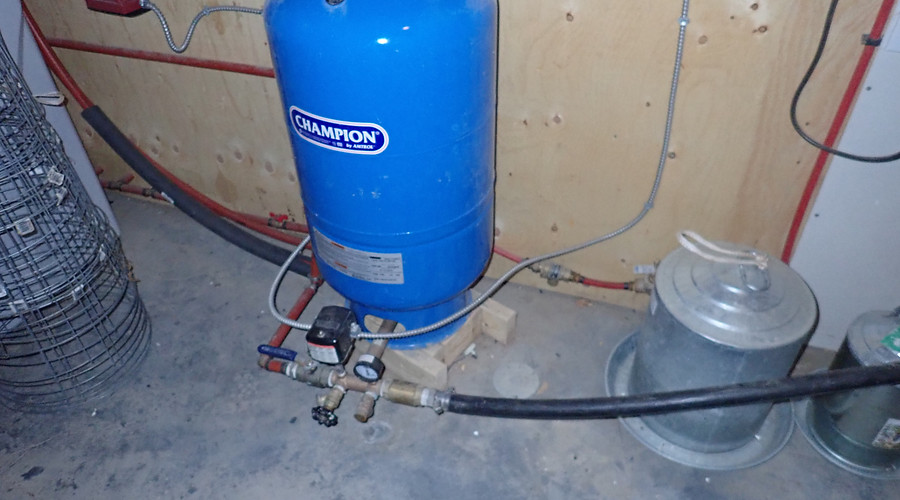 Pressure tank with submersible pump