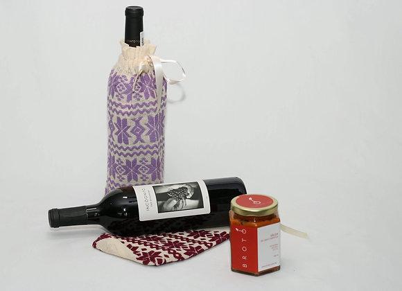 Kit de Vino Incógnito, funda y salsa de chile chipotle con especias brotó.