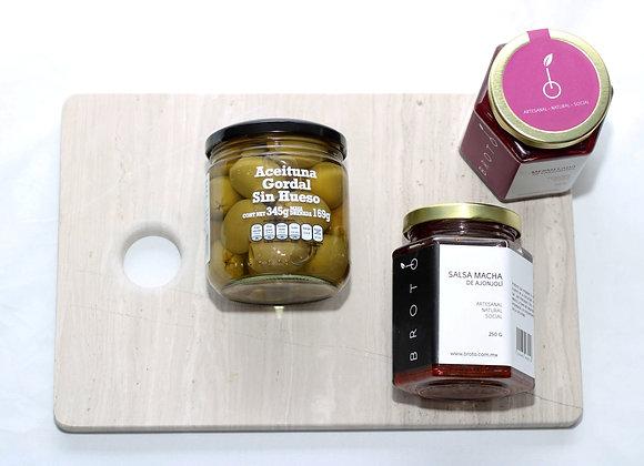 Set de regalo con tabla de quesos en mármol, aceitunas, salsa macha y mermelada