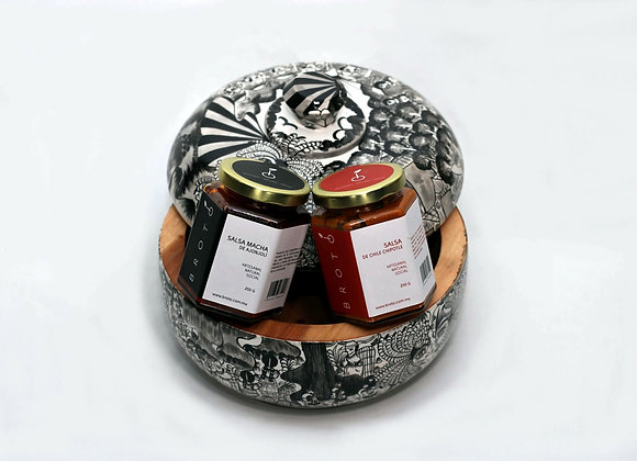 Tortillero de madera artesanal con salsas brotó