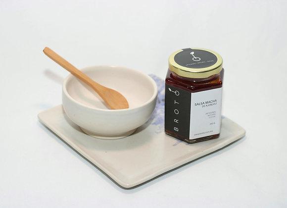 Set de salsera, plato de cerámica y cuchara con salsa macha.