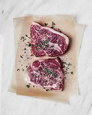 Rohes Rindfleisch mit Kräutern und Gewür
