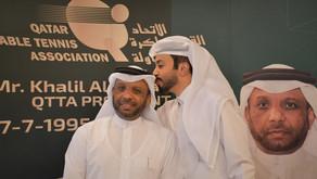 """قبلة من القائد أحمد خليل على جبين """"الوالد"""""""