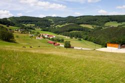 Weitwinkelbild des Waldhofs Grasel