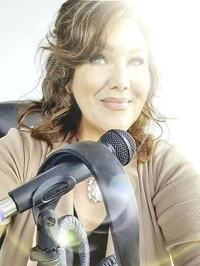 leanne hypnotherapist headphones.jpg