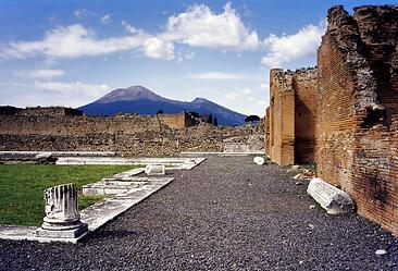800px-Vesuvius_from_Pompeii_(hires_versi