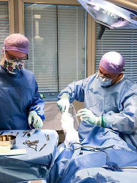 Ari Bertz utfører fotkirurgi