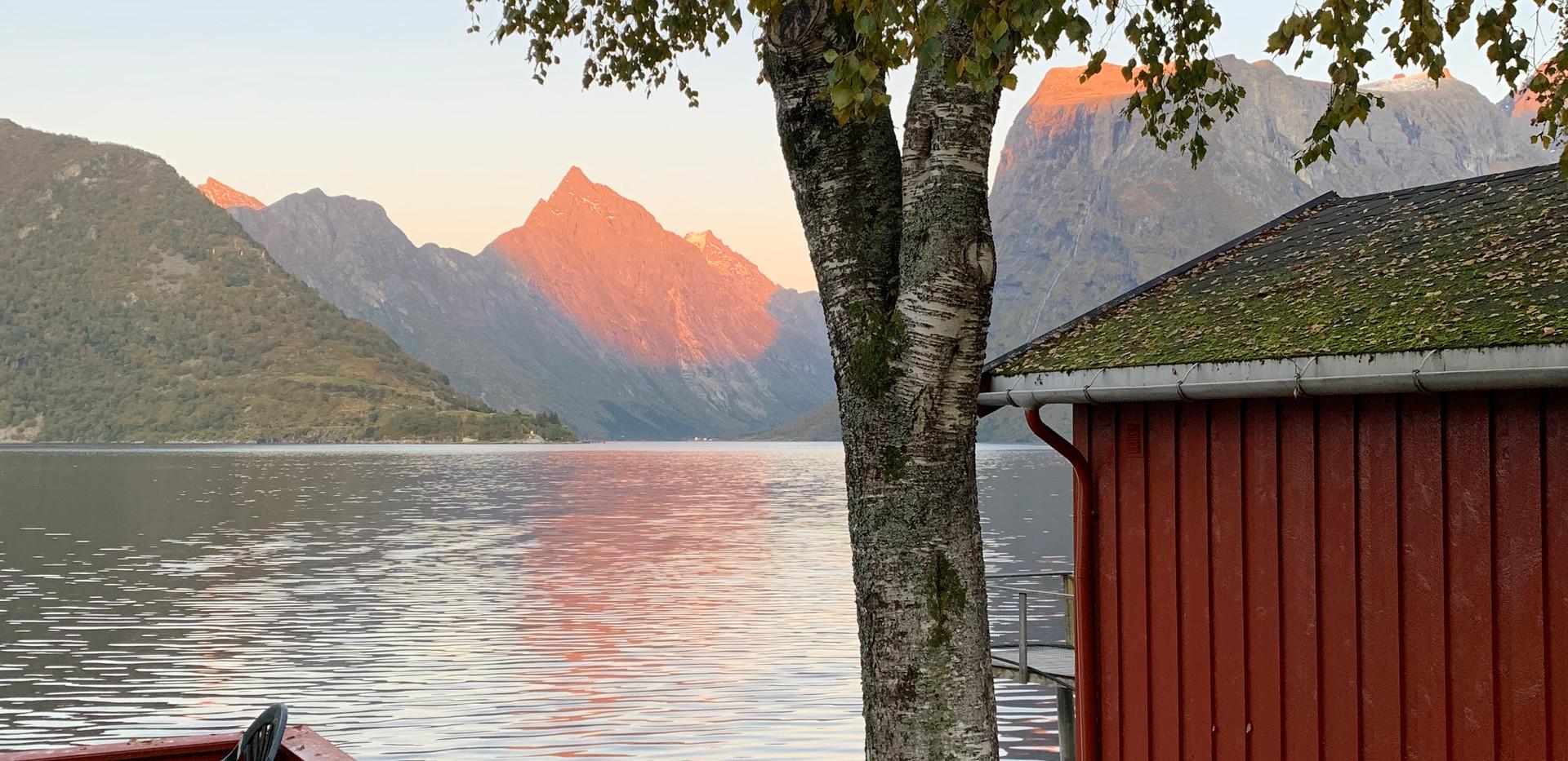 Hytte 4 med utsikt over fjorden.jpeg