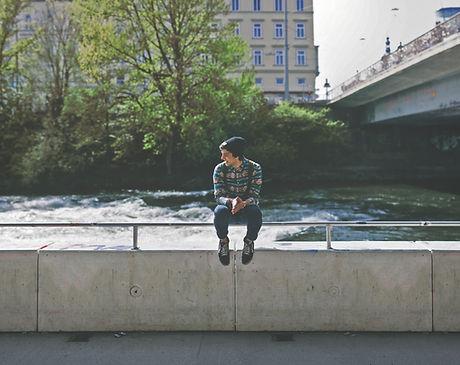 Guy assis sur le pont
