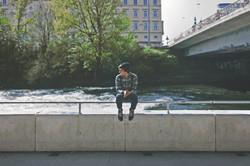 橋の上に座っている男