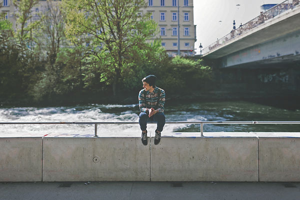 Ragazzo seduto sul ponte