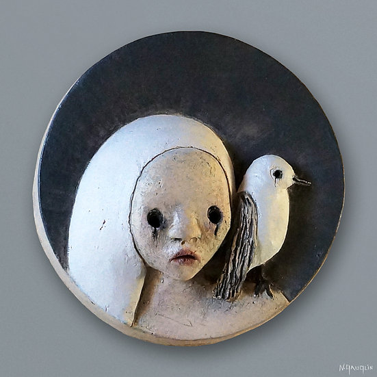 Foulard blanc, l'oiseau sur l'épaule