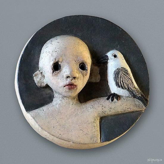 Bas relief rond l'oiseau sur le bras