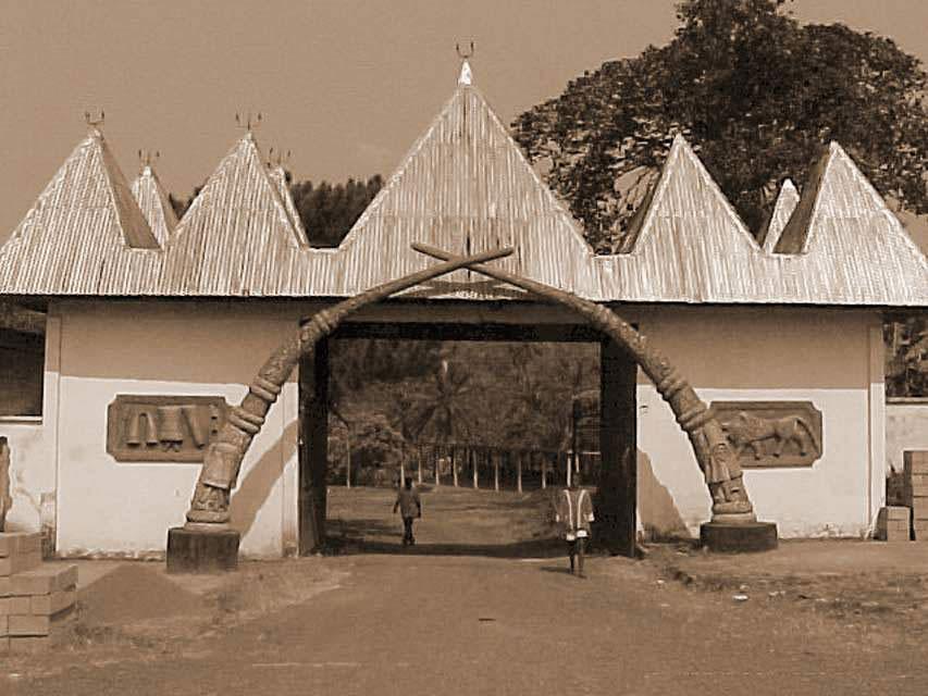 Vielle photo de la chefferie de  Bafang / An old picture of Bafang's chieftancy