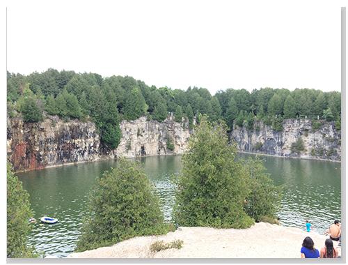 岩石的部份有跳水或做日光浴的地方