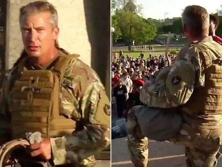 震惊|美国民警卫队全面倒戈,白人警察跪着为黑人洗脚表谦卑?!网友无语