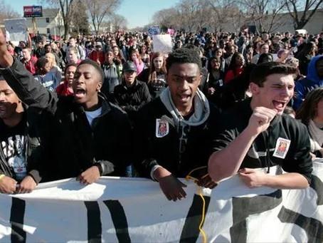 UCLA教授不给黑人特权被停职,上万华人力挺他!