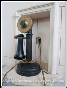 角落的舊式電話機,好喜歡啊!
