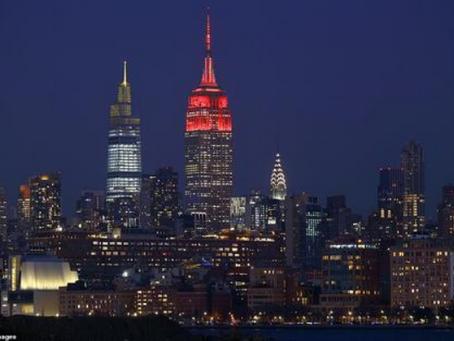 为悼念40万新冠逝者,美国各大城市地标彻夜亮灯