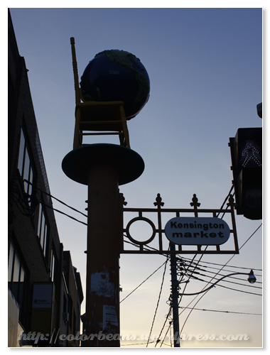 Kensington Market 位於College street的入口指標