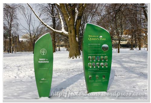 Queen's Park內有介紹園內樹木的告示板