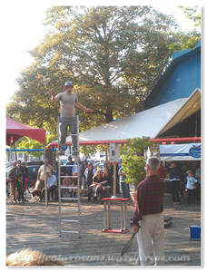 Granville Island 今天廣場上有街頭藝人表演