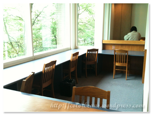Burnaby Public Library city view的座位,外面就是樹唷! ^^
