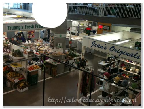 既然是farmers' market,選擇很多,照片右上角樓上的店家也是賣蔬果