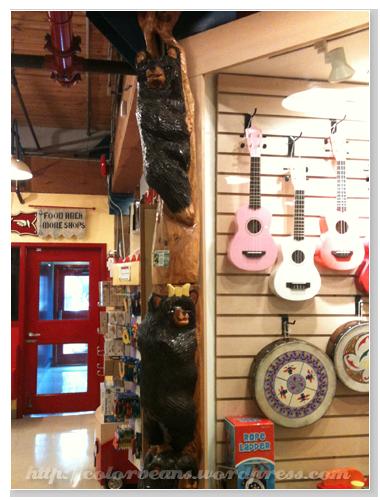 Granville Island Kids Market內玩具店的柱子都很有創意