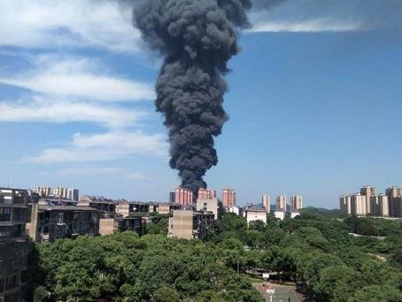 大火似火山爆发;iPhone13亮相;大楼晃动;少年接种患心肌炎;币圈慌了;院士进军艺术圈;美墨地震;客机迫降;降低税率;