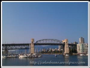天氣很好,坐在Granville Island 的碼頭欣賞風景