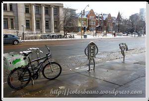 路邊停腳踏車的,造型還挺有趣 xD