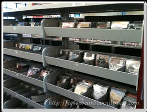 Mississauga Library 排放很整齊的CD架