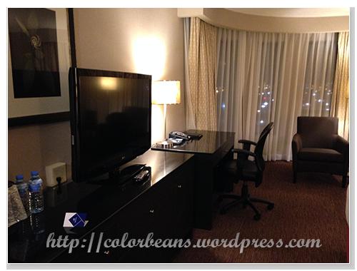 簡單的書桌和電視櫃