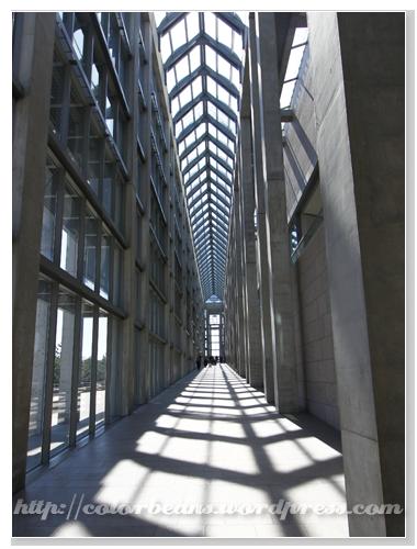 入口左方的長廊